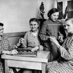 Scène de jeu de dames entre pensionnaires aveugles
